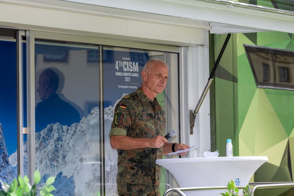 Lieutenant General Jürgen Weigt informs the guests by microphone